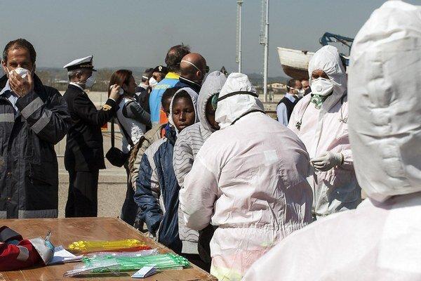 Talianom sa podarilo zachrániť asi 150 migrantov.