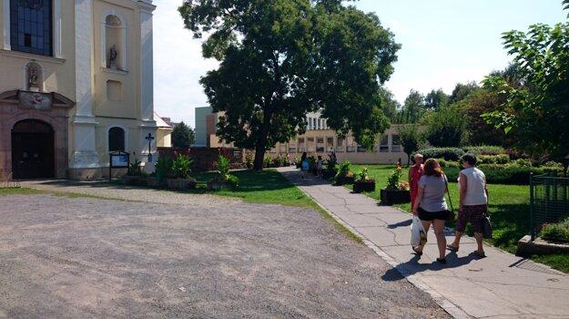 Námestie pred kostolom čaká rekonštrukcia.