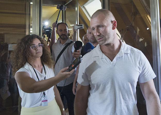 Riaditeľ resocializačného centra Čistý deň v Galante Peter Tománek odchádza v sprievode novinárov po zasadnutí výboru.