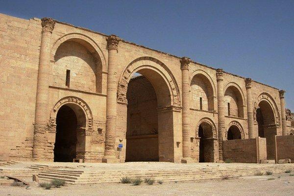 Na archívnej snímke z 27. júla 2005 chrám boha Slnka Shamash spred vyše 1750 rokov na vykopávkach v starovekom irackom meste Hatra, 320 km severne od Bagdadu.