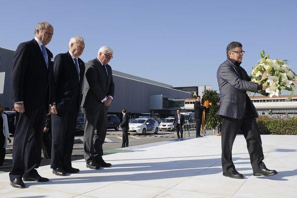 Ministri zahraničných vecí Španielska, Francúzska a Nemecka položili vence pred letiskom v Barcelone.