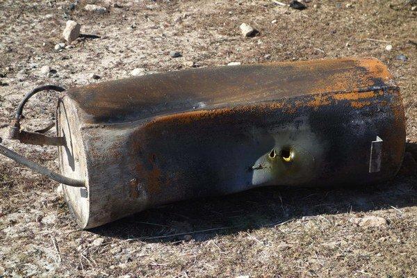 Medzi pozostatkami barelovej bomby boli aj plynové kanistre a svedkovia tiež opisovali silný zápach chlóru.
