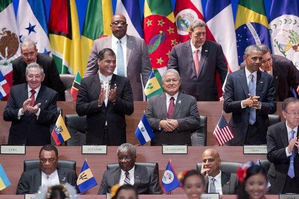 Castro v strednom rade vľavo, Obama v rovnakom vpravo.