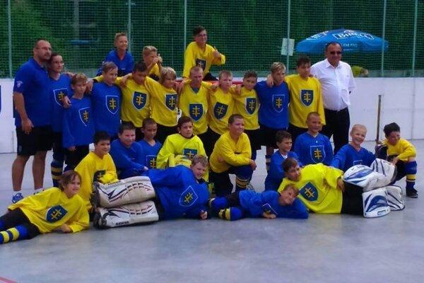 Topoľčianski mládežnícki hokejbalisti.