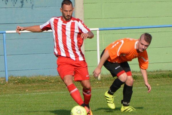 Adrián Candrák (s loptou) strelil v zápase dva góly.