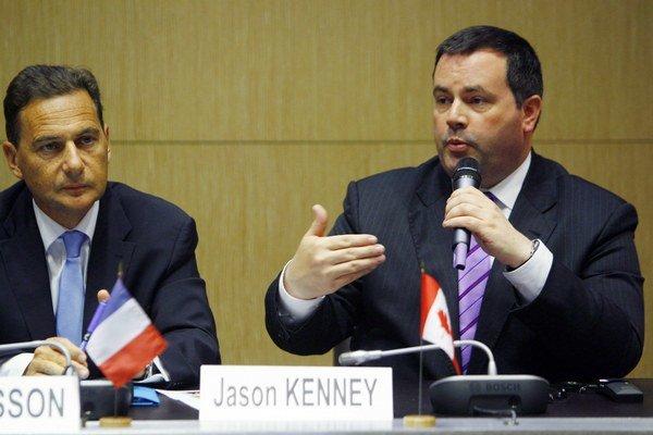 Jason Kenney (vpravo).