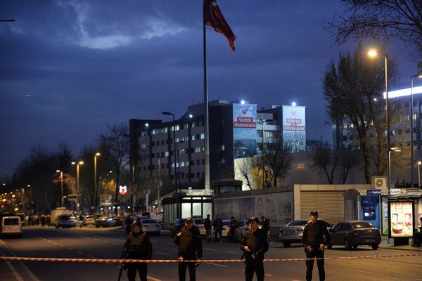 Turecká polícia v stredu pred svojou centrálou zasiahla proti dvom útočníkom.