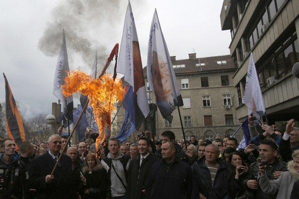 Šešelj podpálil zástavu Chorvátska.