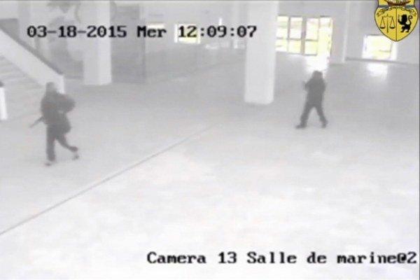 Na snímke z videa zverejnenom 21. marca 2015 dvaja útočníci kráčajú v národnom múzeu Bardo počas teroristického útoku v Tunise 18. marca 2015.