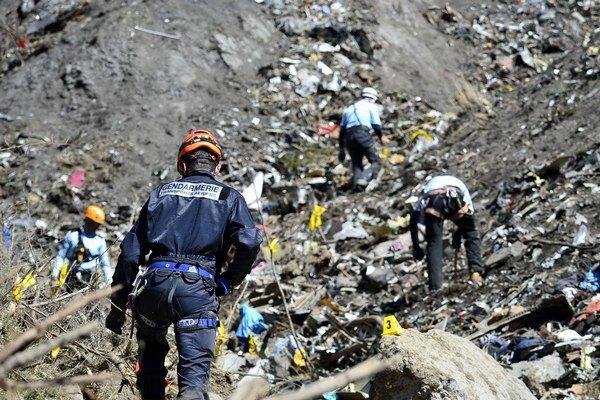 Sprísnené opatrenia zavádzajú letecké spoločnosti po havárii Airbusu vo francúzskych Alpách.
