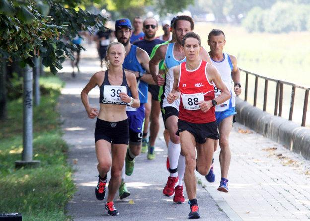 Vľavo (s č. 39) Soňa Vnenčáková zo Svitu, ktorá vyhrala bez žien na 10 km.