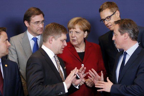Na snímke zľava luxemburský premiér Xavier Bettel, portugalský predseda vlády Pedro Passos, slovenský premiér Robert Fico, nemecká kancelárka Angela Merkelová, fínsky premiér Alexander Stubb a britský predseda vlády David Cameron.