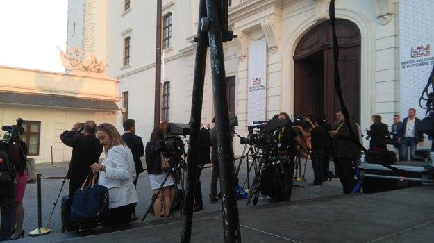 Novinári pred Bratislavským hradom.