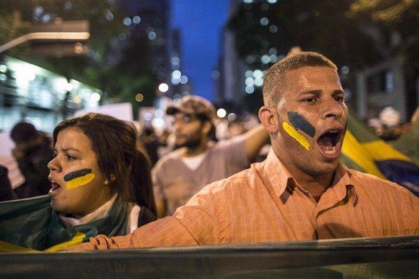 Na snímke pohľad na demonštrantov počas protestu v Riu de Janeiro.