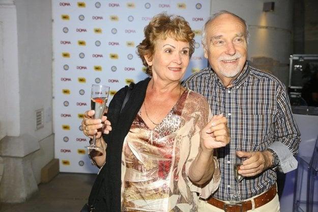 Skúsení harcovníci. Televízna svokra Gizka Oňová sa na párty dobre zabavila aj s hercom Ivanom Letkom.