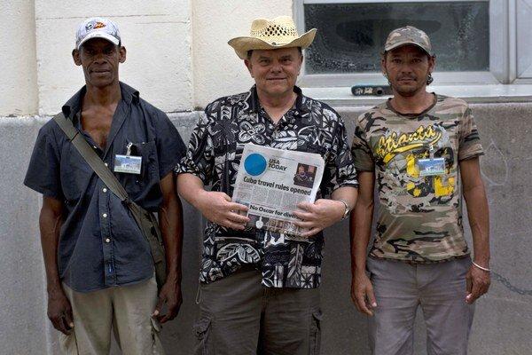 Americký turista John Koehler sa fotí s miestnymi obyvateľmi v kubánskom hlavnom meste Havana.