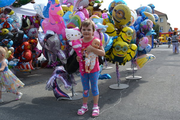 Spokojná návštevníčka Oberačkových slávností aj s balónikom.
