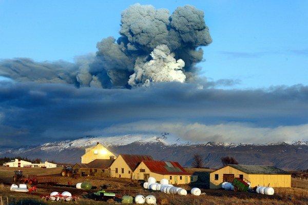 Islanské sopky lákajú. Až kým ich dym nezastaví leteckú dopravu nad Európou.