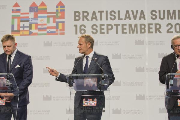 Sprava Jean-Claude Juncker, Donald Tusk a Robert Fico počas tlačovej konferencie.