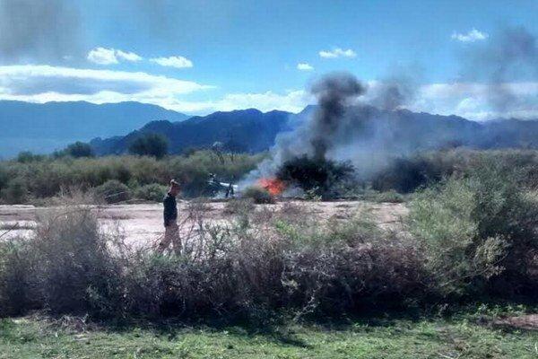 Helikoptéry sa v plameňoch zrútili na zem.