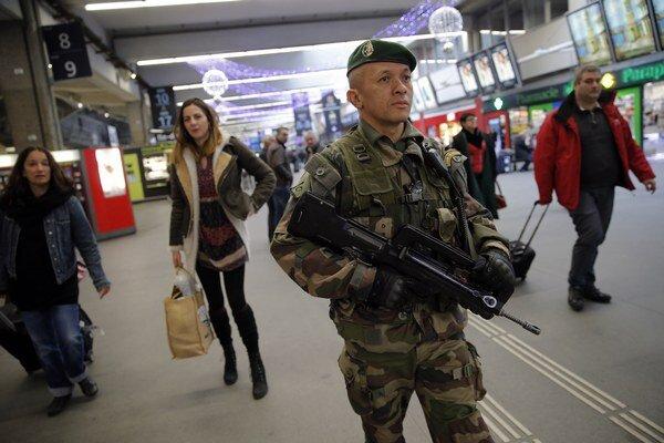 Vojak hliadkuje na železničnej stanici v Paríži po streľbe v redakcii Charlie Hebdo.