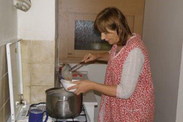 Dobrovoľníci v charite vydávajú jedlo bezdomovcom každú sobotu.