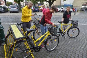 Predseda občianskeho združenia Vlk, ktorý nikdy nespí Dominik Jakub (vľavo) a prví užívatelia zdieľaných žltých bicyklov v Kežmarku.