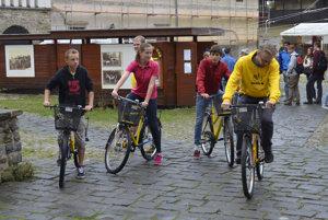Predseda občianskeho združenia Vlk, ktorý nikdy nespí Dominik Jakub (vpravo) a prví užívatelia zdieľaných žltých bicyklov.