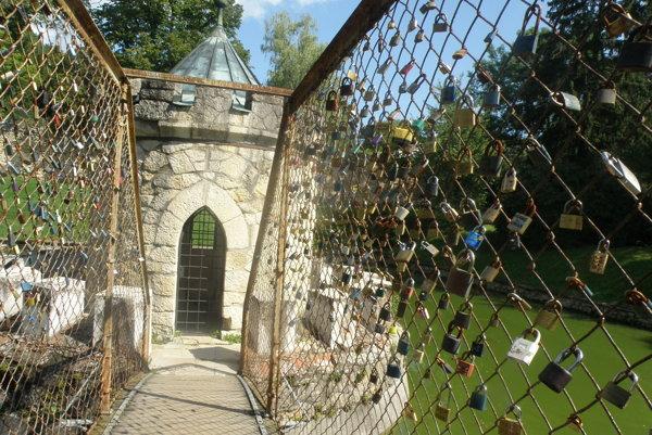 Mostík, ktorý k rotunde vedie, zdobia visiace zámky.