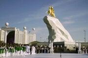Monumentálna pozlátená jazdecká socha prezidenta Gurbanguliho Berdymuhamedova v turkménskom Ašchabade z mája 2015. Meria 21-metrov na vrcholku masívneho mramorového podstavca. Turkmenistan je celý posiaty podobnými pozlátenými sochami Berdymuhamedovho excentrického predchodcu Saparmurata Nijazova, ktorý zosnul v roku 2006.