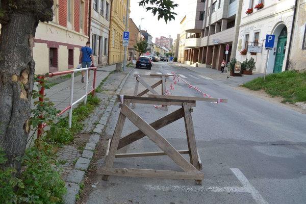 Jarková ulica. Dočasne ubudne 12 parkovacích miest.