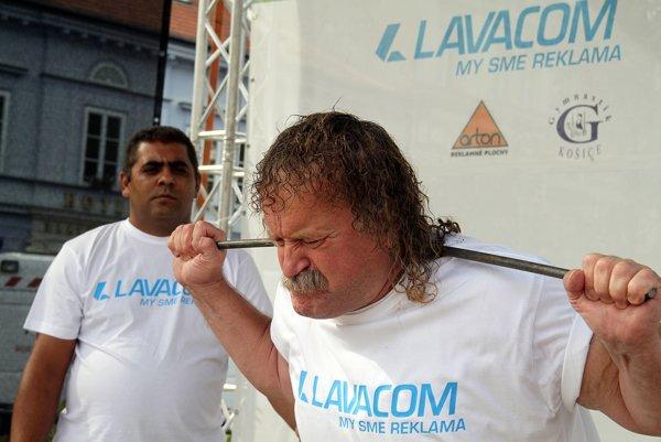 Prvý rekord. Juraj Barbarič ohýbal na krku oceľové tyče s priemerom 14 milimetrov. Päť tyčí ohol za 4:46 minúty.