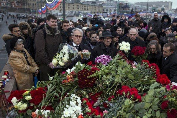 Na miesto vraždy nosia ľudia kvety.