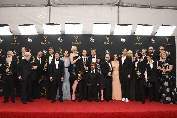 Herci a členovia štábu seriálu Hra o tróny so získanými trofejami.