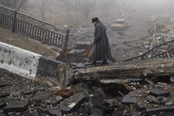 V Donecku žijú civilisti v zničenom meste. OSN upozorňuje, že môže ísť o zločiny proti ľudskosti.