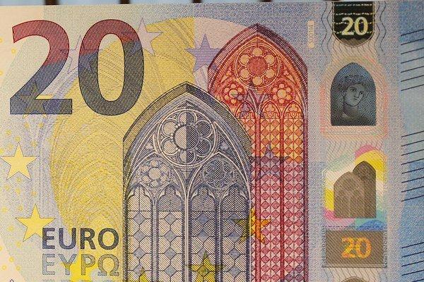 Bohyňa Európa na holograme vpravo.
