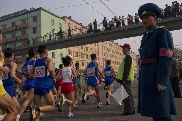 Aj na maratón dohliada všadeprítomná armáda.