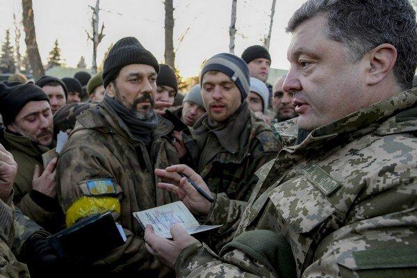 Ukrajinský prezident Petro Porošenko pozýva na východ krajiny zahraničné mierové jednotky.