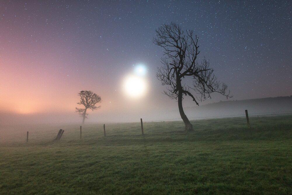 Binárny opar. Hmla zvýraznila žiaru Venuše a Mesiaca – víťaz kategórie Obloha.