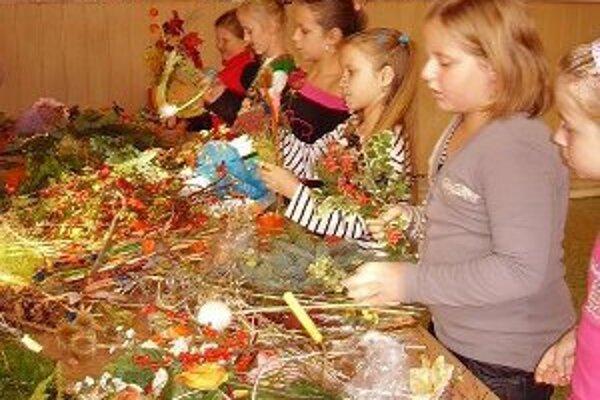 Deti v Liešťanoch vyrábali aj venčeky.