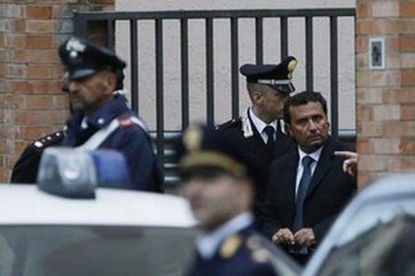 Francesco Schettino, bývalý kapitán výletnej lode Costa Concordia, odchádza po vypočúvaní v meste Grosseto.