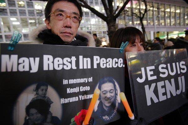 Japonci si v uliciach Tokia uctili pamiatku novinárov popravených Islamským štátom.