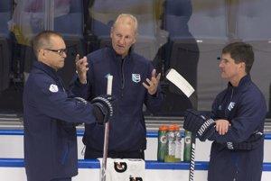 Ralph Krueger (v strede) komunikuje so svojimi asistentmi Paulom Mauriceom (vľavo) a Bradom Shawom.