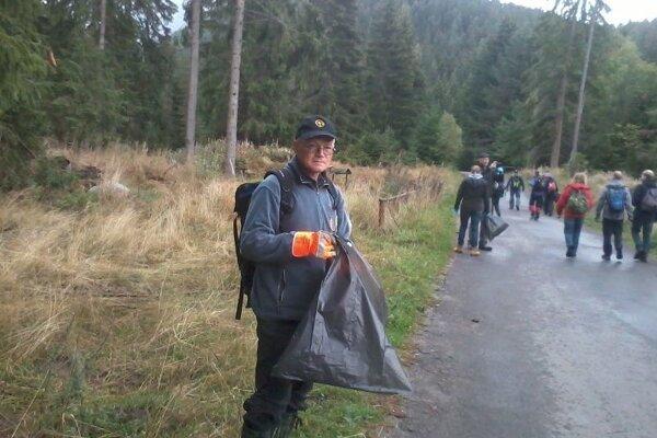 Dobrovoľníci dostanú ochranné rukavice avrecia.