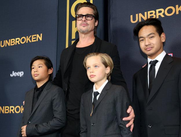 Brad so synmi Paxom, Madoxom a dcérou Shiloh.