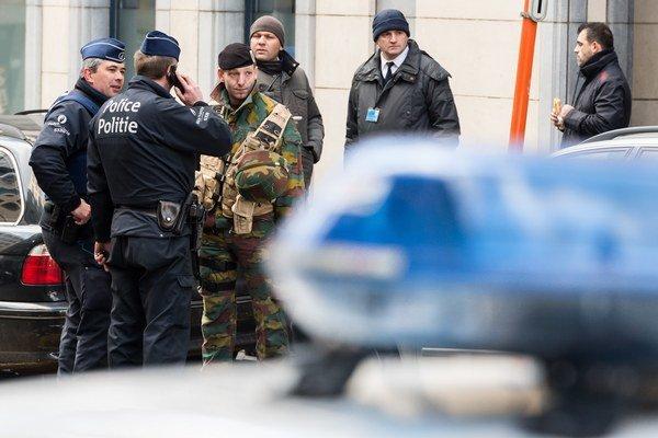 Belgickí policajti a bezpečnostné zložky stoja pred budovou Európskeho parlamentu.