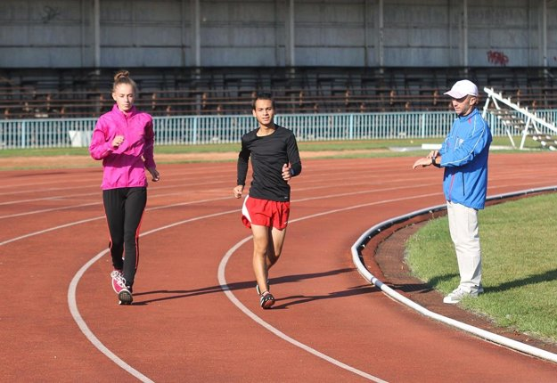 Daniel Kováč (v strede) sa stal súčasťou chodeckej skupiny trénera Petra Mečiara (vpravo). Vľavo Dominika Hubková. Kováč získal v sobotu na M-SR striebro, Hubková vystúpila na najvyšší stupienok.