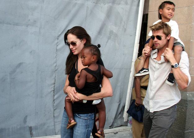 Jolie chce deti do svojej starostlivosti. Brad ich má len navštevovať.