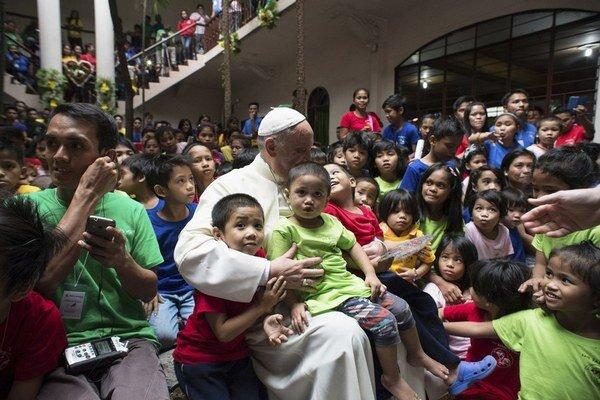 Pápež sa stretol s deťmi, ktoré žijú na ulici.