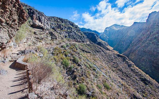 V hornatej krajine Tenerife sú početné turistické chodníky.